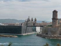 橋で結ばれたJ4(左)とサン・ジャン要塞(右)