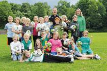 Alexander Berwing hat den Kindern der Grundschule Obenstrohe gezeigt, worauf es bei der Sportart Rugby ankommt.