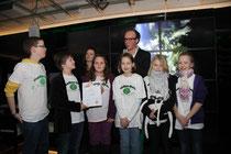 Die Schülerflöhe wurden auf der Preisverleihung von Tim Mittelstaedt (hinten) vom Verband der Niedersächsischen Jugendredakteure ausgezeichnet.