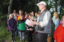 Werner Gröning zeigte den Schülerflöhen, wo die Fledermäuse am Mühlenteich in Obenstrohe leben.