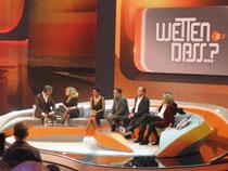 """Viele Stars wie die Schauspieler Halle Berry und Tom Hanks waren bei der """"Wetten, dass..?""""-Sendung aus Bremen dabei. Sie sind die zweite und dritte Person auf der Couch von links gezählt."""