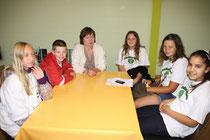 Barbara Minnemann vom Jaderpark beantwortete den Schülerfloh-Reportern ihre Fragen rund um die Tiere im Park.