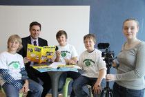 Bei seinem Besuch im Technologiezentrum Varel nahm sich Ministerpräsident David McAllister ebenfalls Zeit für die Fragen der Schülerfloh-Reporter Benjamin, Marcus und David. Samira Rieker produzierte einen Videobeitrag.