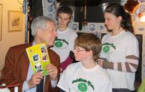 Im Radziwill Haus trafen sich die Schülerflöhe mit Henning Scherf.