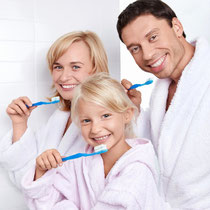 Was nimmt man am besten für die Zahnpflege? (© Deklofenak - Fotolia.com)