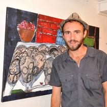 """Loïc Damade vor seinem Bild """"Taxi Brousse"""" bei der Vernissage in Tana."""