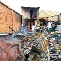Hier haben gestern rund 100 Menschen gewohnt - das Feuer hat nichts übrig gelassen.