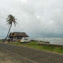 Bar am Strand: Sieht grau und kalt aus, ist aber warm und feucht wie in einer Sauna.