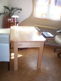 Schreibtisch mit integriertem Kabelkanal