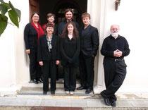 Die Musiker vor der Kirche