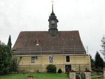 Wachsendes Gerüst an der Kirche