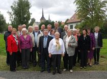 Die Jubilare vor der Heimatkirche