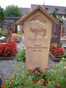 Holzgrabmal mit Kuh