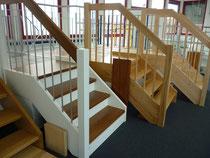 Treppe in Rotbuche und kantigem Geländer