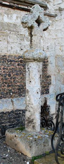 Acheux-en-Vimeu- Croix en tuf au chevet de l'église