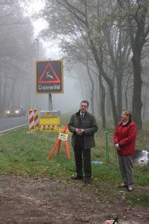 Foto: LJN - Helmut Dammann-Tamke, Präsident der LJN e.V. und Frau Helma Spöring, Erste Kreisrätin des Landkreises Soltau-Fallingbostel bei der Inbetriebnahme der Wildunfallwarnanlage an dem Modellstreckenabschnitt der L 160 bei Südkampen