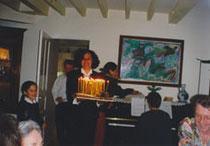 Dominique Polad-Hardouin, fille de Cérès, chez qui a lieu la fête, apporte les bougies d'anniversaire