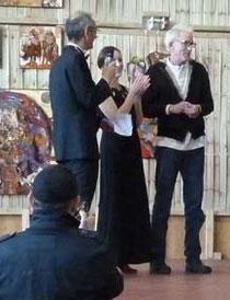 Jean-Luc Bourdila avec ses invités : Dion Hitchings (Américain), Oana Amãricãi. De dos, Marc Rhomer, vidéaste du festival