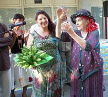 danielle jacqui présentant bonaria manca doyenne du festival