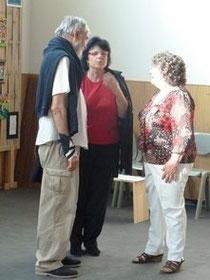 Jeanine Rivais bavardant avec des visiteurs