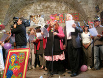 les artistes chantant autour de la présidente