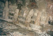 Le théâtre, au fond du tunnel, une étrange pospulation assistant à un non moins étrange spectacle