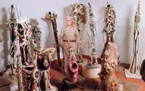 Raymond Reynaud parmi ses sculptures