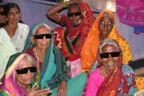 Indische Frauen nach der Augen-Operation