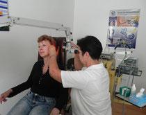 Eine HNO-Ärztin behandelt eine Patientin