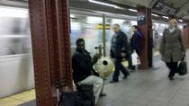 世界中の伝統楽器を見かけます。