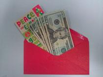封筒にメッセージカードなどを添え現金をいれます。