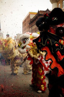 チャイナタウンでは龍の舞が披露される。この日ばかりは条例で禁止されている爆竹が鳴り響きます