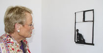 Sichtlich beeindruckt: Wibke Bruhns in Betrachtung einer Hinz-Plastik - Leihgabe des Kunstmuseums Kloster unser lieben Frauen Magdeburg.