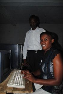 Computerlehrerin Sharon Chepkemoi und Headteacher Kenneth Obura im Computerraum der Schule.
