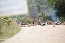 Die Squatters haben an anderer Stelle in Utange eine Straße mit Steinen blockiert und Büsche angezündet.