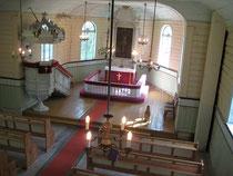 Die Innenausstattung, Kanzel und Altar aus dem 17. Jahrhundert, gilt als seltenes Beispiel der Holzschnitzereikunst Kurlands. Die Polychromie verbirgt sich z. Zt. noch unter dem weißen Anstrich.