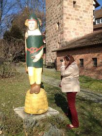 Dorit Schatz mot dem Zeidlarius Norimbergensis unterhalb der Nürnberger Burg