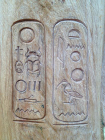 Hieroglyphen in 2 Kartuschen auf dem Oberarm des Echnaton