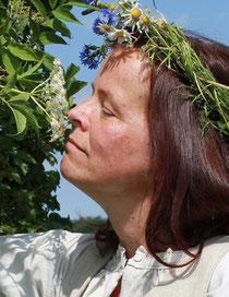 Wenn die Holunderblüten besonders intensiv riechen, macht die Kräutermarie aus ihnen Sirup. Foto: Konder
