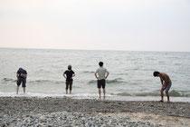 海で遊ぶツアーメンバー