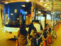 停留所のない道で乗降させるツアーバス