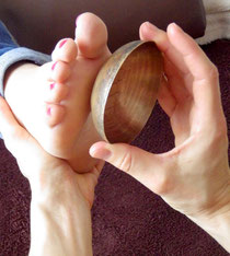 massage du pied avec un bol tibetain