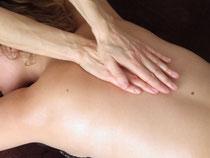 massage du dos avec les mains sur la colonne vertébrale