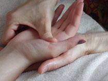 massage d'une main avec le pouce