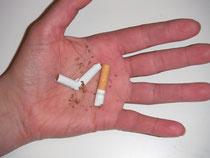 endlich Nichtraucher,eine zerstörte Zigarette auf einer offenen Hand