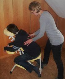 Eine Shiatsu Rücken Vitalmassage auf dem Massagestuhl