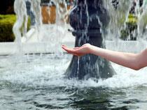 Hand mit Springbrunnen