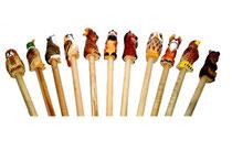 Bild Bleistift mit handgeschnitzten Tieren aus Holz