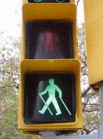 semáforo especial para nordic walkers en la ciudad de Barcelona, es broma!