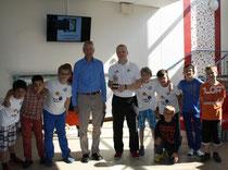 Christian Steinberg übergibt den ersten Eisbären-Schulpokal
